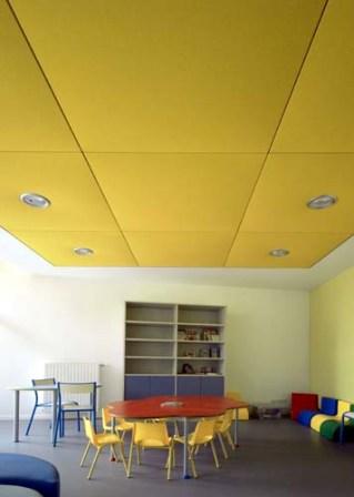 elementos absorbentes acústicos en aulas